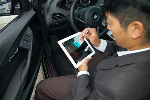 South Bay BMW's John Kim demonstrates the lease-return feature equipping BMW Financial Services' InfoBahn Mobile.